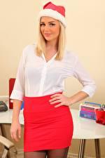 Обои Holly Eriksson Новый год Блондинок Взгляд Рука Юбки Шапки молодая женщина