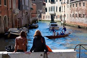 Фото Италия Венеция Водный канал Шатенки Сзади Сидя Куртка Релакс Размытый фон Девушки