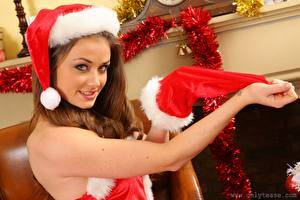 Картинки Jess Impiazzi Рождество Шатенка Шапка Взгляд Рука Красивая молодые женщины