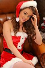Картинка Jess Impiazzi Рождество Шапка Шатенки Смотрит Рука Улыбается Сидящие