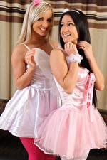 Фото Melisa Mendiny Vendula Bednarova Два Блондинок Брюнетка Улыбается Платье девушка