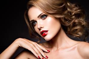 Фото Модель Руки Маникюра Лицо Косметика на лице Красными губами Волос Красивая девушка