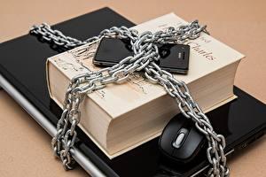 Фото Компьютерная мышь Ноутбук Сматфоном Книги Цепи Компьютеры