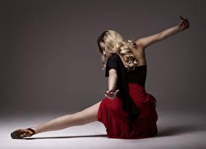 Картинка Позирует Ноги Юбке Блондинки Танцы Рука молодая женщина