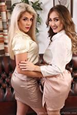 Картинка Tillie Model Rachelle Summers Двое Блондинки Шатенки Смотрит Улыбка Руки молодые женщины