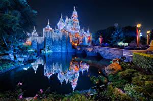Обои Штаты Диснейленд Парк Замок Пруд Мост Калифорнии Ночные Отражении Уличные фонари Природа