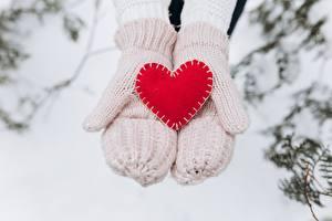 Картинки День всех влюблённых Рукавицы Сердечко Рука