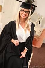 Картинка Vendula Bednarova Блондинка Шляпа Смотрит Очки Улыбается Руки молодая женщина