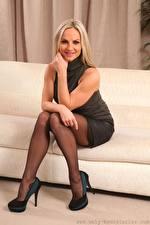 Фотография Vendula Bednarova Диване Блондинки Улыбается Рука Сидящие Ног Туфель девушка