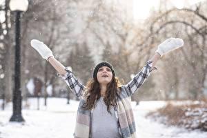 Картинка Зимние Снегу Шатенки Шапки Руки Варежках Размытый фон молодые женщины