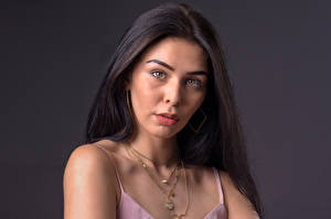 Картинки Женщина Волосы Брюнетка Взгляд Косметика на лице Shannon Pagee