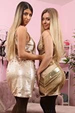 Фото Alexa Only Elle M Only Двое Блондинка Платье Смотрят Рука Девушки