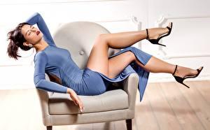 Фотография Кресло Позирует Ног Платья Шатенки Красивая девушка