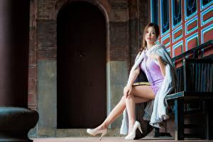 Картинка Азиатка Скамья Сидя Платье Туфлях Ног Шатенка Смотрят молодые женщины