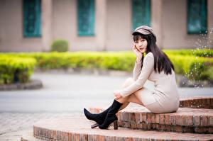 Картинки Азиаты Боке Сидящие Платье Ноги Бейсболка Смотрят Девушки