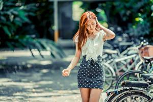 Картинки Азиатки Боке Юбка Руки Шатенки Блузка