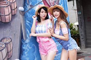 Обои Азиаты Брюнетка Шатенка Два Шляпы молодые женщины