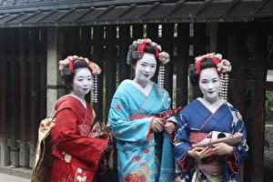 Обои для рабочего стола Азиатки Втроем Кимоно Мейкап Смотрит Японский Geisha девушка