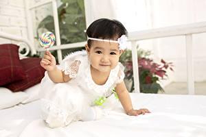 Фото Азиаты Леденцы Взгляд Рука Миленькие Девочка Дети