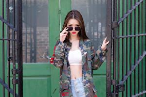 Картинки Азиаты Поза Руки Куртке Очках Взгляд Шатенка Красивая Камуфляж молодая женщина
