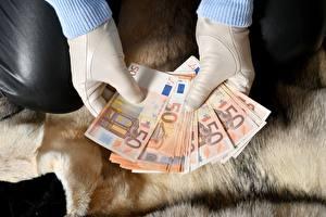 Фотографии Купюры Деньги Евро Руки Перчатки