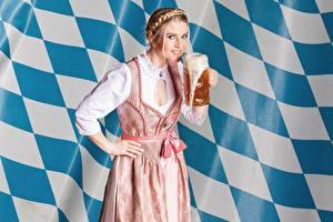 Фотографии Пиво Смотрит Руки Кружке Платья Девушки