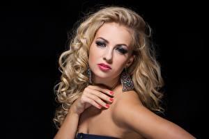Обои На черном фоне Рука Серег Маникюра Макияж Блондинка Взгляд Фотомодель Волос молодая женщина
