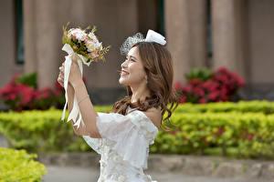 Картинка Букет Азиатки Боке Рука Платья Улыбается Невесты Свадьбе Шатенки девушка