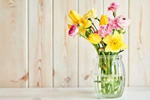 Обои для рабочего стола Букеты Нарциссы Гвоздики Тюльпан Лютик Вазе Цветы