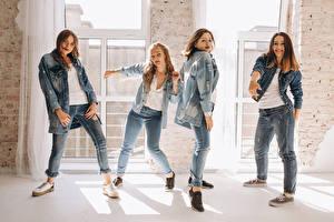 Обои для рабочего стола Шатенка Танцует Джинсов Рука Четыре 4 молодые женщины