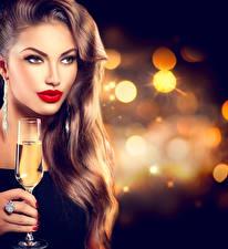 Обои Игристое вино Шатенка Лица Красными губами Взгляд Бокал Волосы Макияж Девушки