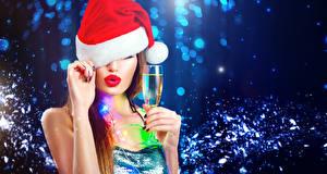 Картинки Рождество Игристое вино Красными губами Шапка Руки Бокал Девушки