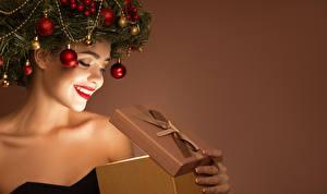 Фотографии Рождество Оригинальные Цветной фон Улыбается Красными губами Ветвь Шар Подарок девушка