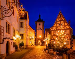 Обои для рабочего стола Рождество Германия Здания Бавария Улице Новогодняя ёлка Уличные фонари Ночные Rothenburg ob der Tauber город
