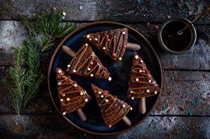Фото Новый год Пирожное Шоколад Драже Доски Тарелка Елка На ветке Еда