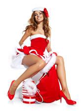 Фото Новый год Белый фон Шатенка Униформа Улыбается Сидящие Ног Туфли Девушки