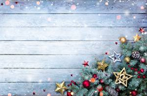 Обои для рабочего стола Рождество Доски Шаблон поздравительной открытки На ветке Звездочки Шарики