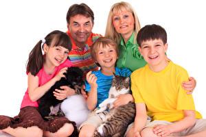 Обои для рабочего стола Собака Кот Мать Мужчина Белый фон Семья Мальчик Девочка Улыбается ребёнок Животные