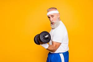 Картинки Фитнес Пожилой мужчина Гантели Бородой Цветной фон