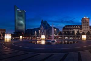 Обои для рабочего стола Германия Здания Фонтаны Вечер Городской площади Уличные фонари Leipzig город