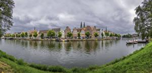 Картинки Германия Здания Речка Пирсы Берег Lübeck город