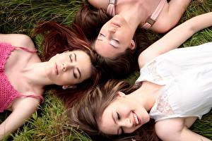 Фотография Траве Трое 3 Лежит Улыбается Шатенки Спят Красивая