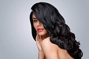 Фотографии Сером фоне Брюнетки Волосы Взгляд Причёска молодые женщины