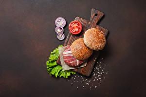 Обои Гамбургер Булочки Мясные продукты Овощи Разделочной доске Пища