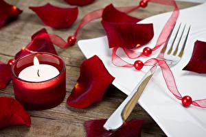 Картинка Праздники Свечи Лепестки Бордовая Вилки Лента Цветы