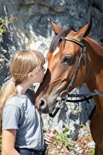 Фотография Лошадь 2 Головы Целует Русых Девочка животное