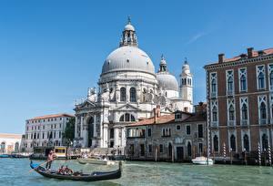 Фотографии Италия Церковь Лодки Венеция Водный канал Santa Maria della Salute Города