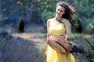 Фото Лаванда Корзина Платья Улыбается Ветром девушка