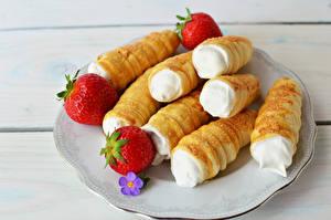 Фото Пирожное Клубника Тарелке Продукты питания