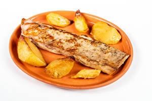 Фотографии Мясные продукты Картофель фри Белый фон Тарелке